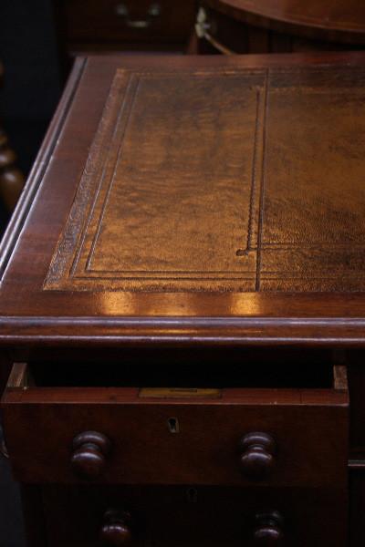 Kleiner Victoriansicher Pedastal Desk Original 1860