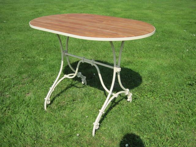Hellgrüner ovaler Tisch mit Holzplatte