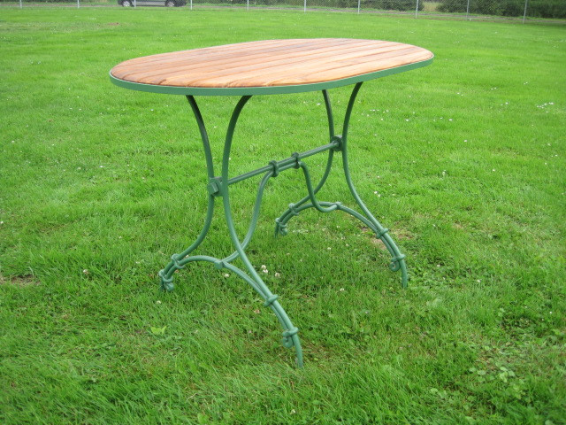 Grüner ovaler Tisch mit Holzplatte