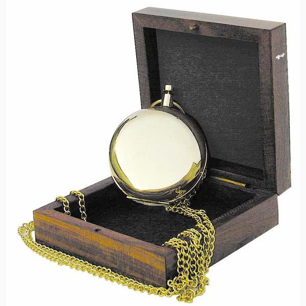 Kompaß in Taschenuhrform mit Kette, Messing, Ø: 5cm, in der Holzbox