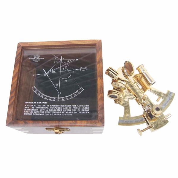 Sextant, Messing, 12x11cm, in der Holzbox mit Glasdeckel, 12,5x12,5x8,5cm