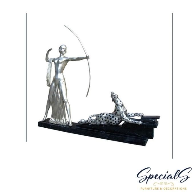 """""""Dame mit Bogen und Gepard auf Marmorsockel"""" vernickelte Bronzefigur mit handbemalten Details"""