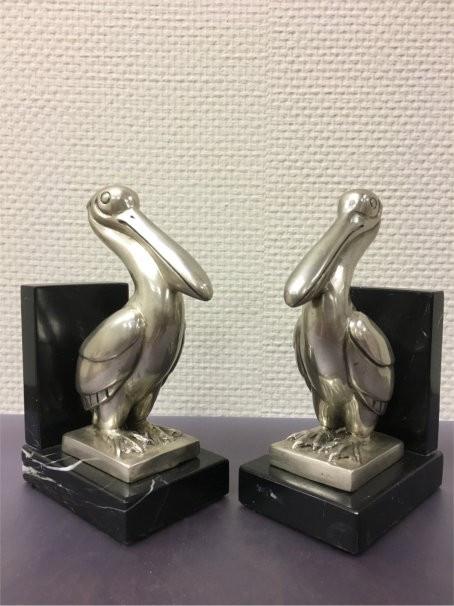 """Pelikan Buchstützen"" Bronzefiguren vernickelt mit handbemalten Details auf Marmorsockel"