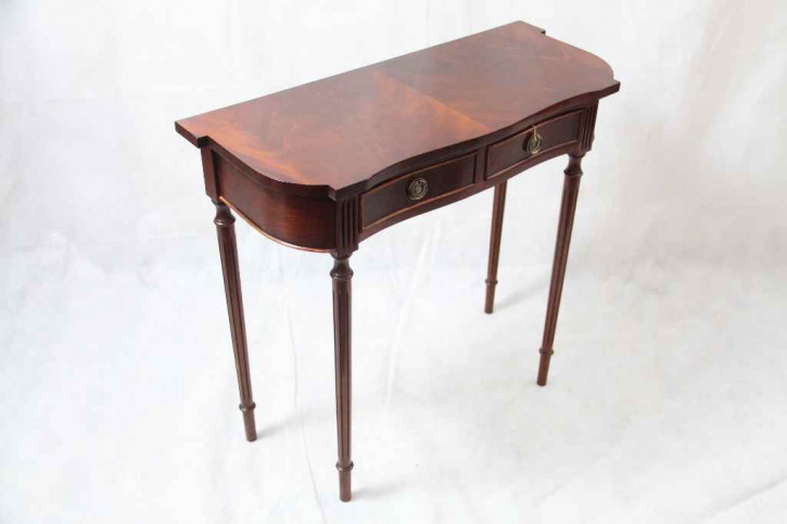 """Sidetable in Mahagoni"""