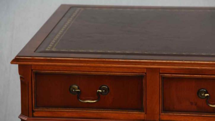"""""""Pedastal Desk"""" Schreibtisch in Eibe - ebenfalls in Mahagoni erhältlich"""