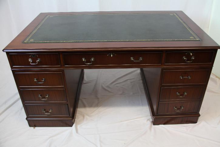 Schreibtisch aus Mahagoni mit Patina und grünem Leder