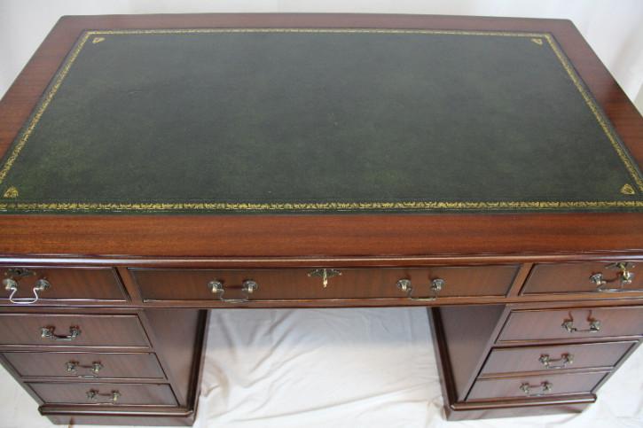 Schreibtisch in Mahagoni mit Patina und grünem Leder
