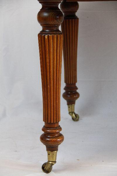 Esstisch aus Eibe im Victorian Style mir feiner Patina