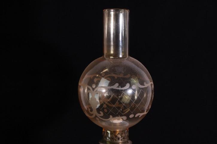 Petroleumlampe mit Milchglas  Porzelan Holzständer