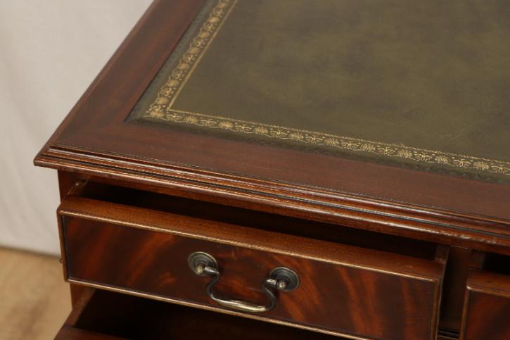 Mahagoni Schreibtisch mit grüner  Prägelederplatte