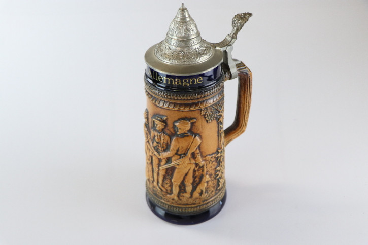 Antiker Bierkrug mit Metalldeckel aus Keramik mit Flachrelief, Jagdmotiv