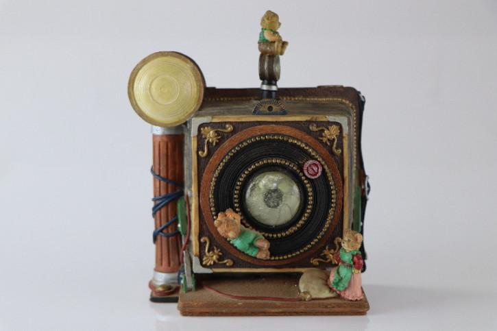 Antike Spieluhr in Form eines Fotoapparates mit niedlichen Bärenfiguren