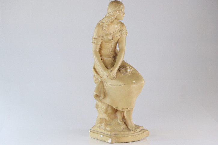 Antike Skulptur aus Frankreich, Sitzende Frau, Ton