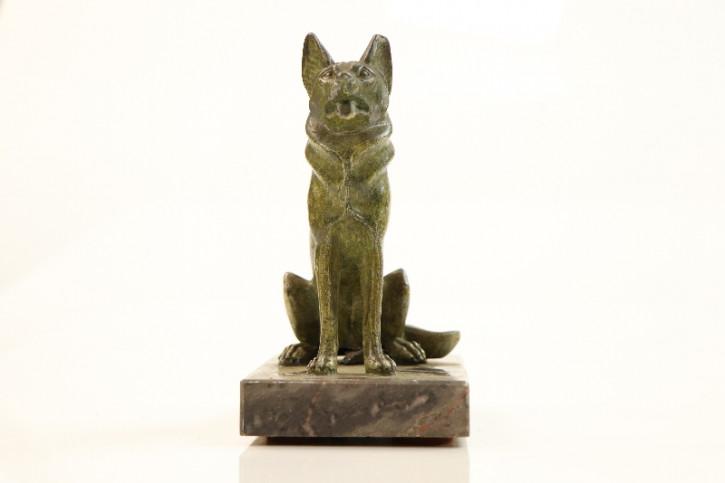 Antike Statue mit Hundemotiv, Metall auf Stein