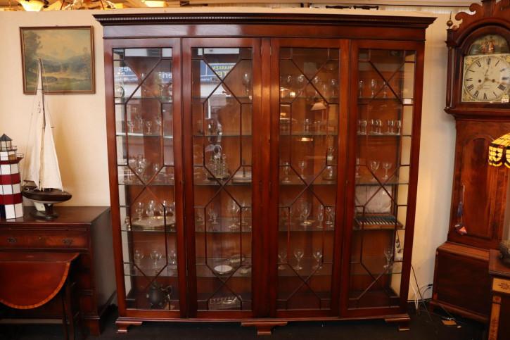Eleganter Wohnzimmerschrank mit Regency Stil Verglasung, viertürig