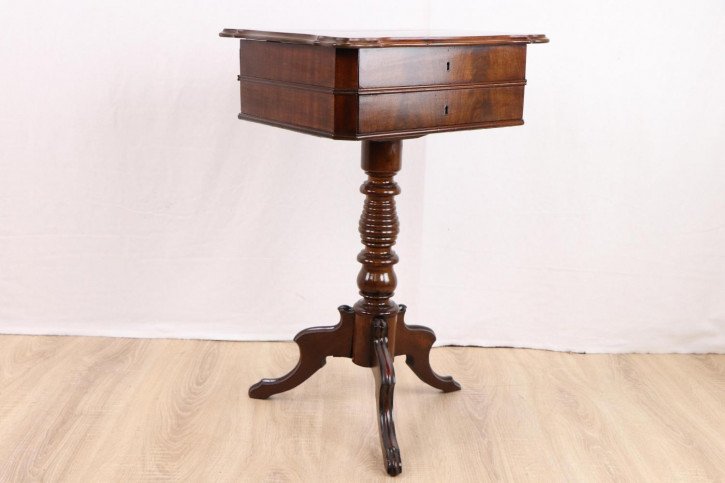 Antiker Tripod Work Table