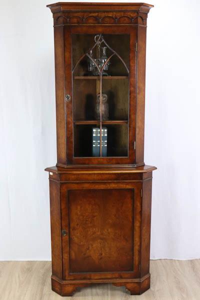 Einmaliger Eckschrank aus Nussbaum mit verglaster Tür im gotischen Stil