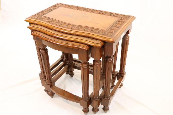 Antikes Nest of Tables mit schönen Intarsien