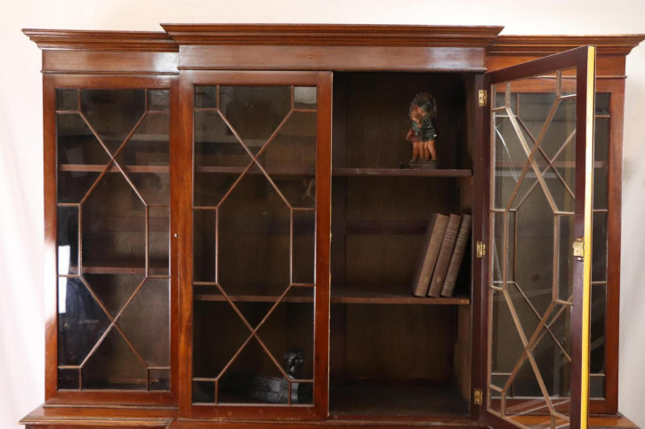 Massivholz Breakfront Bücherschrank mit Verglasung im Regency Stil der Zeit George des III.