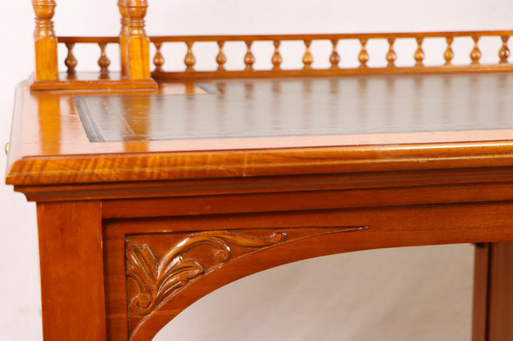 Kleiner Massivholz Schreibtisch mit Ledereinlage und Geheimfach