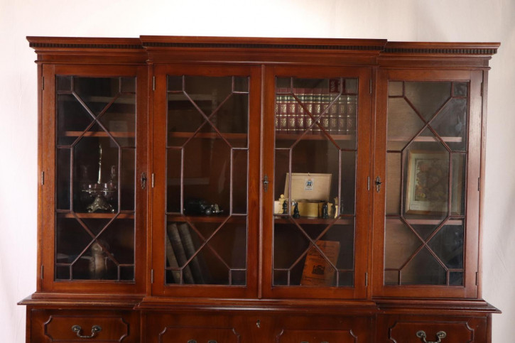 Schöner Breakfront Bücherschrank / Breakfront Bookcase mit Schreibfläche