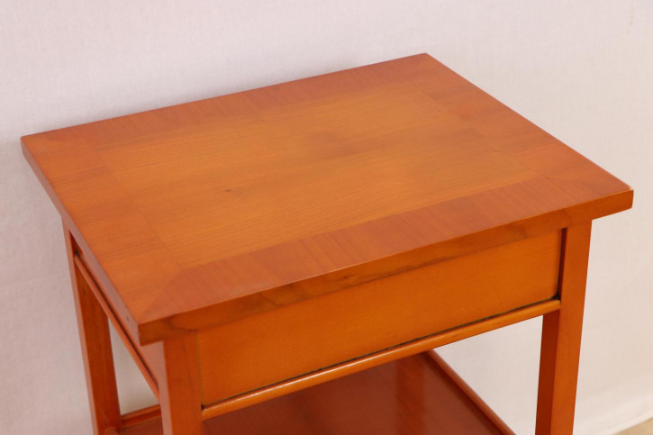 Schicker kleiner Beistelltisch mit Schublade