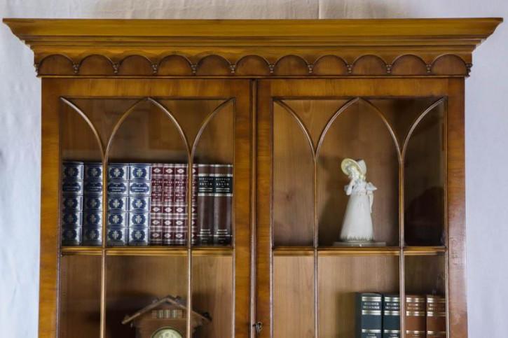 Eleganter Bücherschrank mit zwei verglasten Türen im gotischen Stil