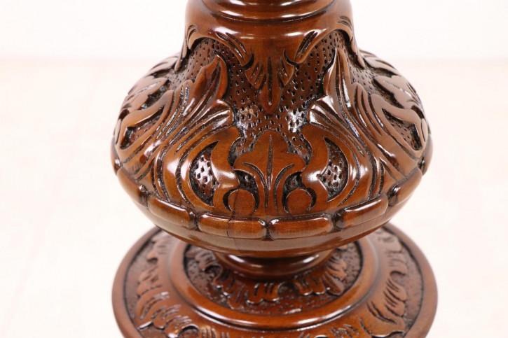 Beistelltisch im englischen Stil, handgefertigt, mit eindrucksvollen Schnitzarbeiten