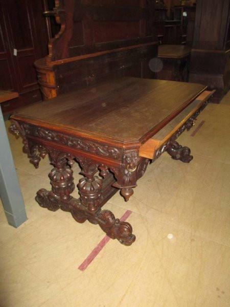 Antiker Tisch mit ausziehbarer Schublade
