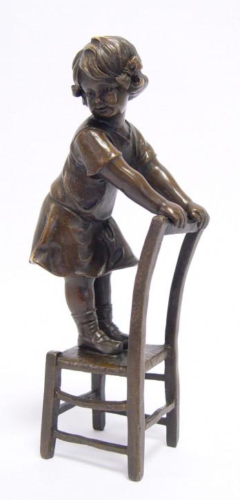 Bronzefigur Girl On Stool 20,4x6,8x9,7cm