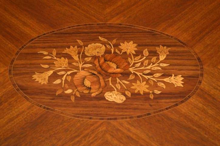 Antiker Couchtisch mit Intarsien