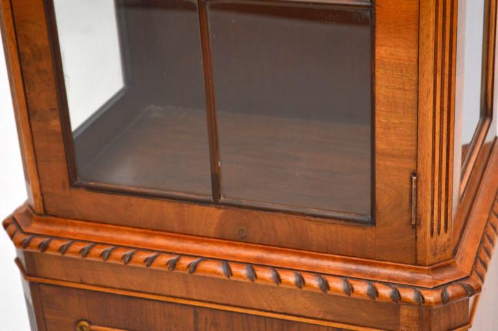Schlanke Antike Vitrine Wurzelnuss Holz