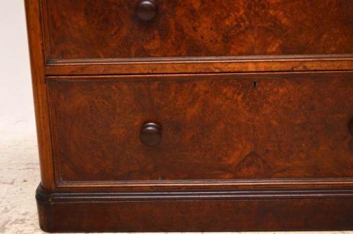 Typische Kommode aus dem 19. Jahundert  aus Nussbaum mit originalen Griffen