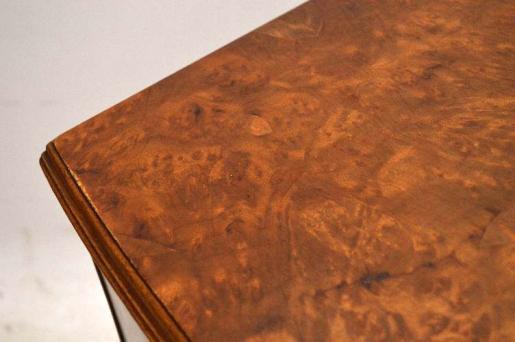 Kommode Nussbaum mit einer gebogenen Front schönen Beschlägen und Handpolitur