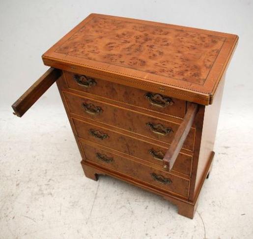 Antike Kommode aus Eibe  Yew Wood Bachelor's Chest