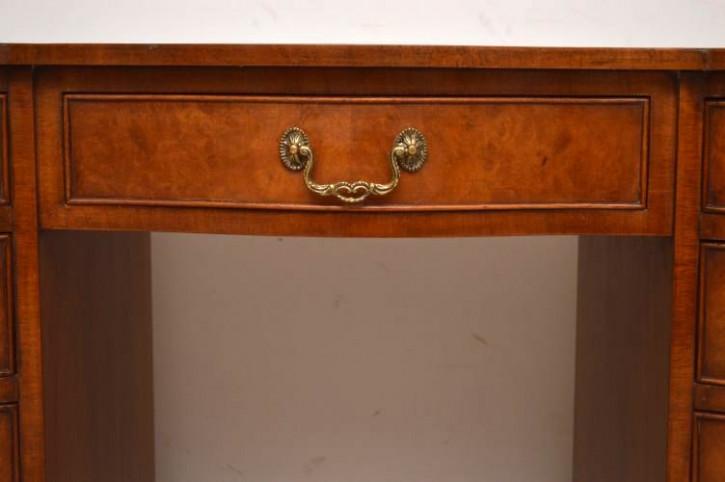 Antiker großer Schreibtisch mit Leder