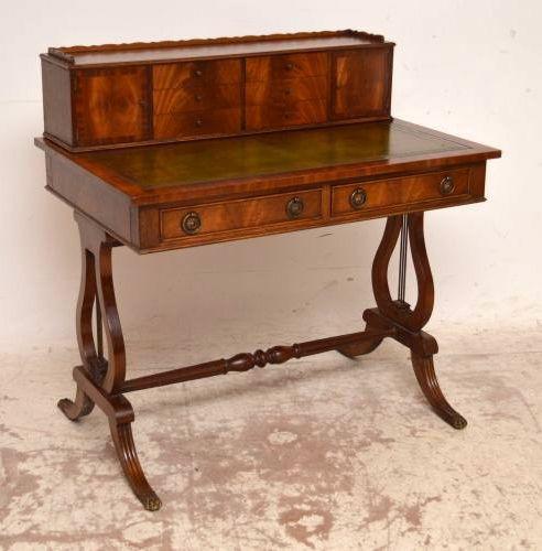 Antiker Schreibtisch mit aufgesetzten Schubladen
