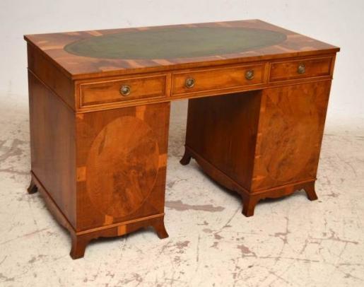Schreibtisch Eibe  mit grüner Lederplatte