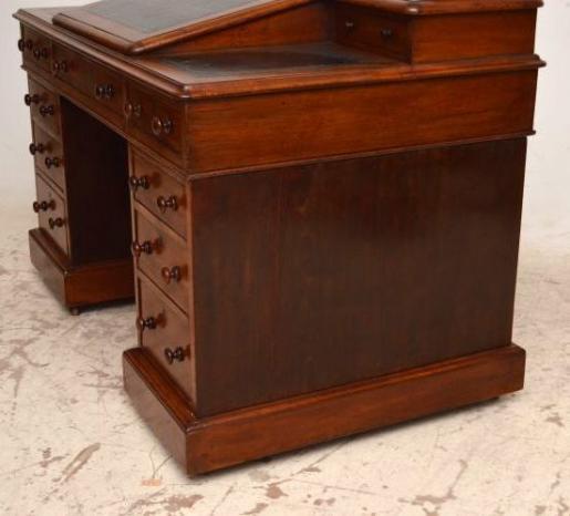 Mahagoni Schreibtisch mit  handgeprägter LederplatteDickens Desk