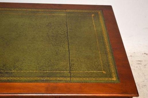 klassischer Eibenschreibtisch  mit neun Schubladen
