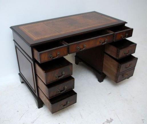 Mahagoni Schreibtisch mit  handgeprägter Lederplatte 9 Schubladen