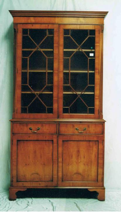 """""""Two Door Bookcase"""" Eibe - auch in Mahagoni erhältlich"""