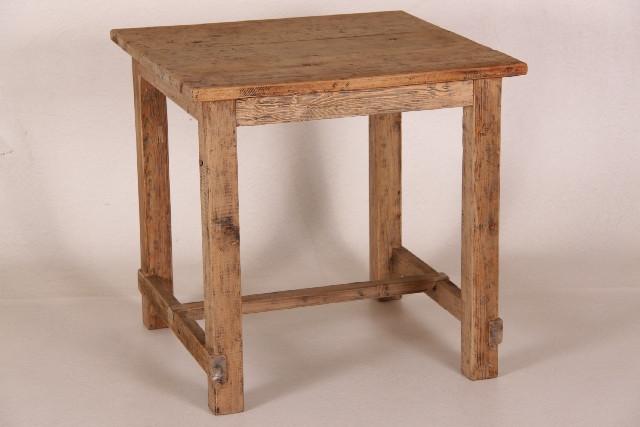 Esstisch aus Altholz gefertigt