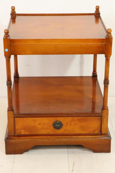 Englischer Lamp Table / Lampentisch in Eibe, tolle Patina