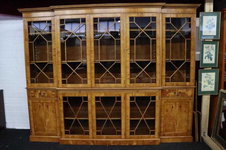 Großes Breakfront Bookcase mit ausziehbarer Schreibfläche, Eibe