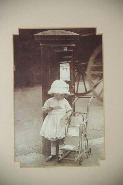 """Altes Kinderfoto """"Kleines Mädchen am Briefkasten"""""""