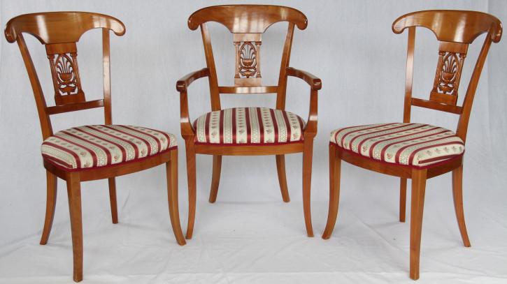 Ein Satz Eibe Stühle