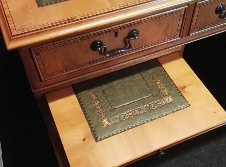 """""""Pedestal Desk"""" in Eibe - ebenfalls in Mahagoni erhältlich"""