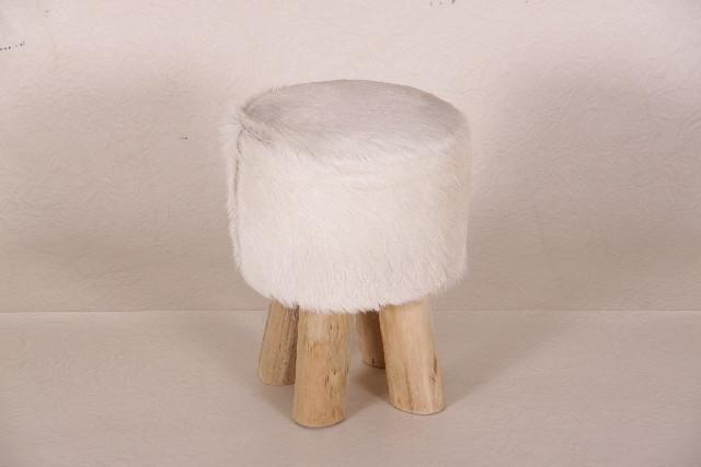 Schöner Hocker mit weißem Fellbezug