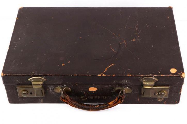 Stilvoller dunkelbrauner Koffer aus Leder mit praktischen Fächern